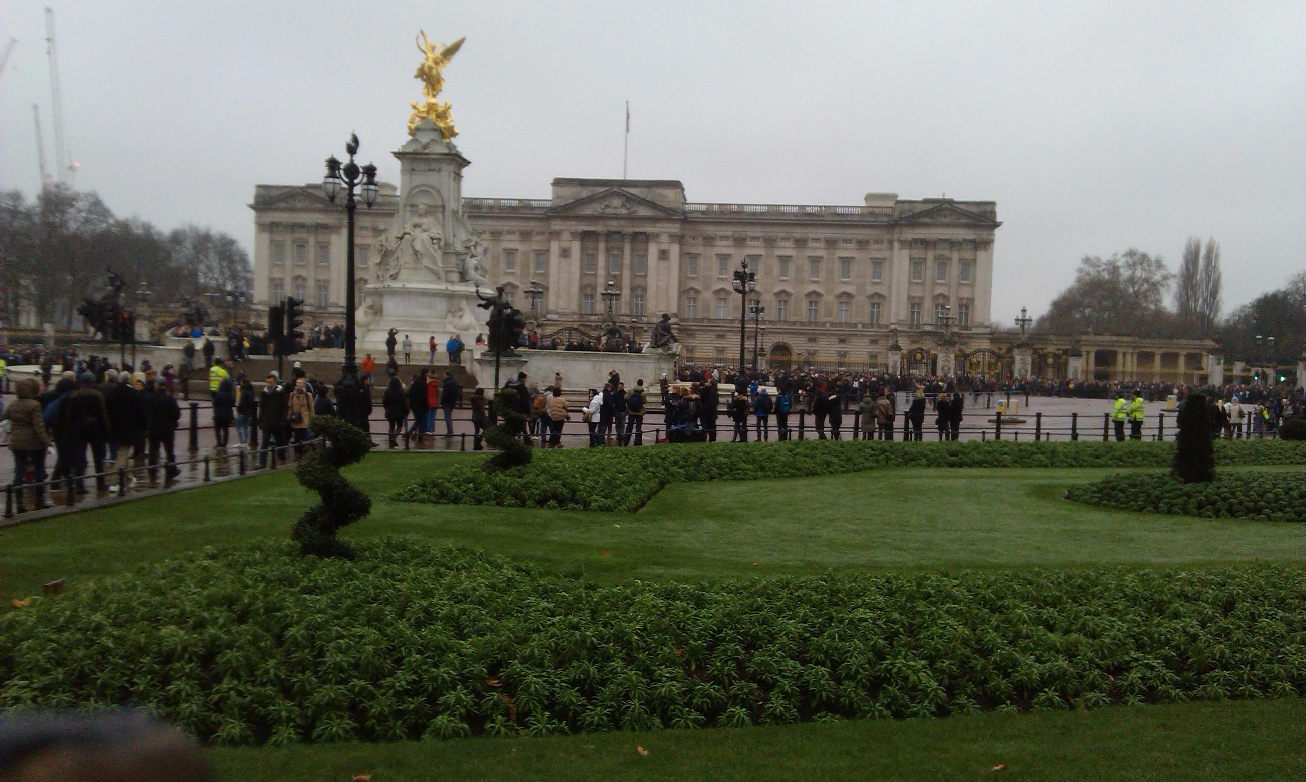 Przed  Buckingham Palace w Londynie